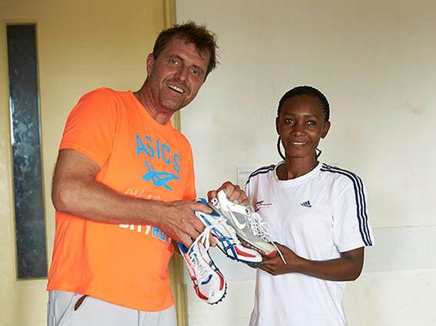 Nezirin kengät menivät tansanialaiselle juoksijalle Adelina Asimwelle.