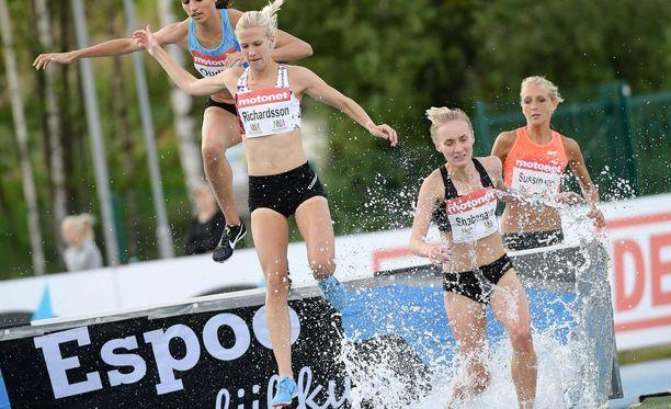 Camilla Richardsson (vas.) äimisteli kuvassa vieressä pyyhältävän Valko-Venäjän Tatsiana Shabanavan toimintaa.