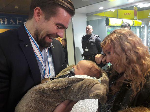 Jussi Ahokas sai Elina-vaimoltaan syliinsä neljän päivän ikäisen poikalapsensa. Sekä tuore isä että äiti herkistyivät tunteikkaalla hetkellä.