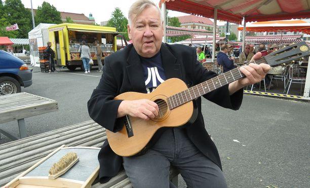 Jari Tuukkanen aloitti tervellisemmän elämän, pudotti painoaan kymmeniä kiloja ja soittoura sai jatkoaikaa. Mies täytti viime marraskussa 70 vuotta.