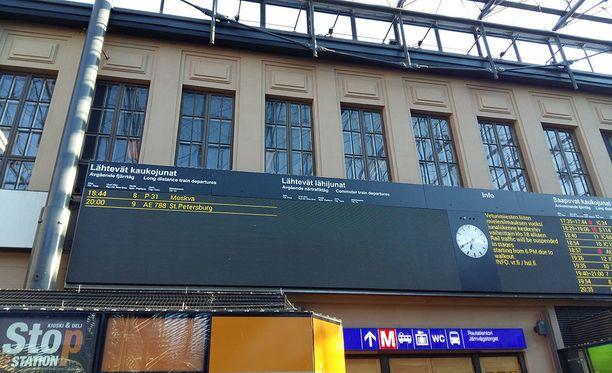 Lähtevistä junista kertova taulu Helsingin rautatieasemalla näytti maanantaina kuuden jälkeen tyhjältä. Venäjälle liikennöivät Allegro- ja Tolstoi-junat kulkevat lakosta huolimatta normaalisti.