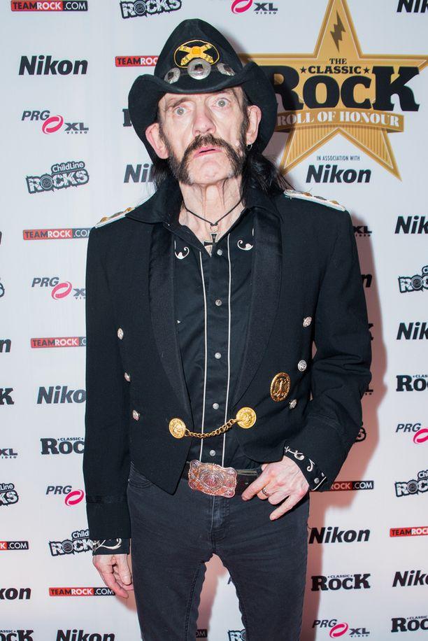 Lemmy Kilmister ehti vierailla Suomessa bändinsä kanssa yli 30 kertaa. Viimeiseksi jääneellä visiitillä syntyi mainos Valiolle.