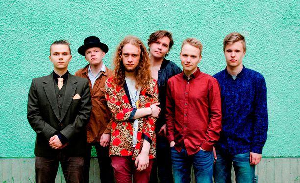 Väinö Karjalainen (toinen vas.) on Tiisu-yhtyeen basisti. Bändin keulakuva on laulaja-kitaristi Henrik Illikainen (kolmas vas.).