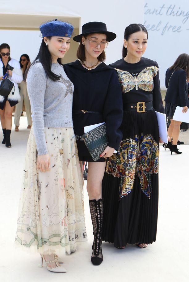 Hatut ja kaulahuivit aiheuttavat syksyllä ja talvella paljon hiushaasteita, jolloin apu löytyy helpoiten hyvistä hiusten hoitotuotteista. Kuvassa muotivaikuttajia Christian Diorin näytöksessä Pariisin muotiviikolla.