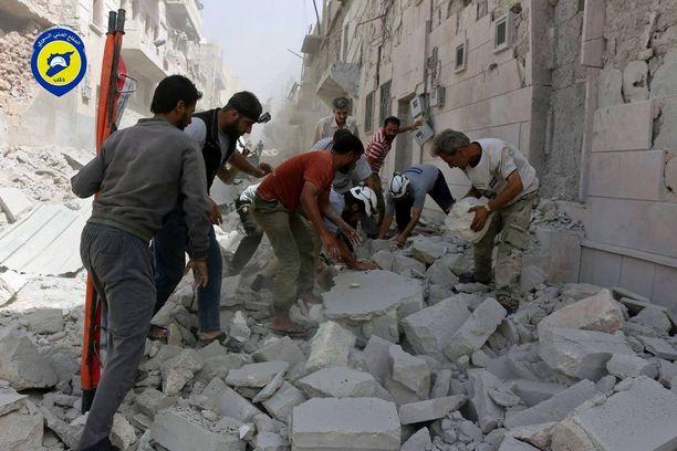 Aleppon kapinallisalueita on moukaroitu ilmasta neljättä päivää.