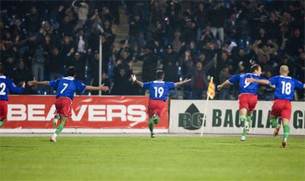 Toivottavasti tämä näky ei toistu stadikalla. Azerit juhlivat maalia maaliskuussa.