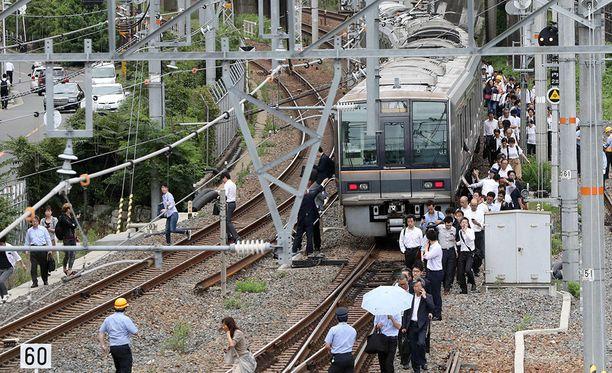 Maanjäristys pysäytti Osakan alueen junaliikenteen.
