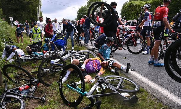 Joukkokolarin jälkeen pyörät ja pyöräilijät makasivat sikin sokin tien sivussa.
