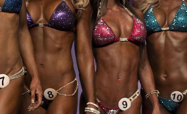 Bikini fitness tuli Suomessa lajivalikoimaan vuonna 2011. Body fitness taas vaatii astetta enemmän lihaksia. Aki Mähönen keskittyy nykyään valmentamaan näissä sarjoissa kisaavia naisia.