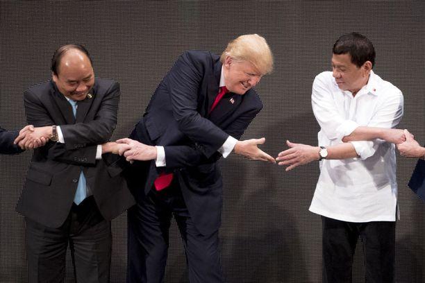 Löytyihän se oikea käsi Filippiinien presidentille Rodrigo Dutertelle.