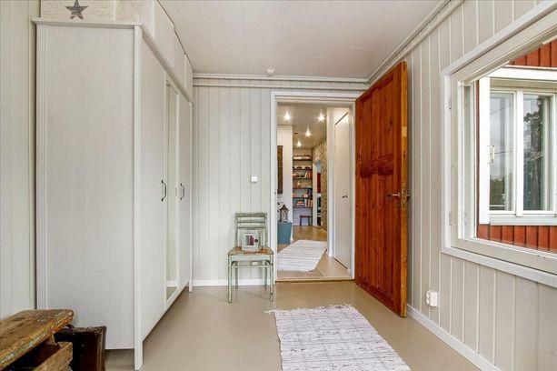 Talossa on kolme huonetta, keittiö, kylpyhuone ja ullakko. Asuintilojen pinta-ala on 81 neliötä.