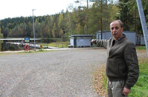 Lasse Heikinheimo näki kun rannan tuntumassa oli useita poliisiautoja ja ambulanssi.