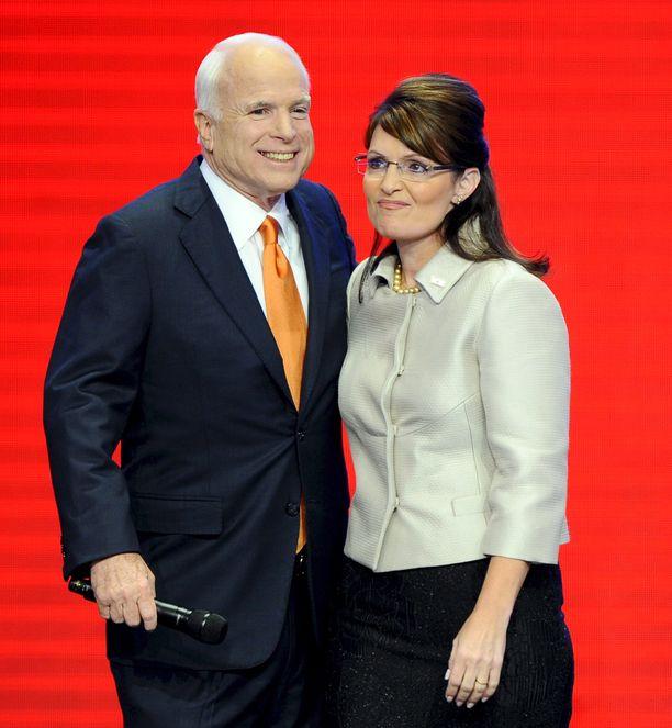 Sarah Palin loisti John McCainin rinnalla republikaanien varapresidenttiehdokkaana vuonna 2008. McCain kuoli elokuussa.