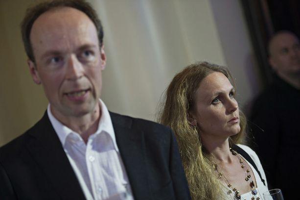 Hilla Halla-aho on usein läsnä miehensä vaalivalvojaisissa.