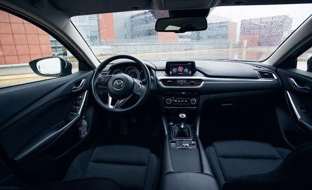 Tummanpuhuva sisustus kuumenee kesähelteillä. Kuvan auto manuaalivaihteinen Premium Plus -varustetason yksilö.