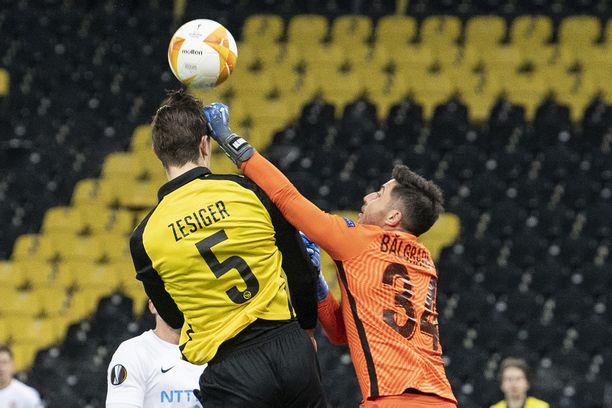 Tästä tilanteesta maalivahti Cristian Balgradean sai ulosajon. Maalivahti osui ensin palloon, mutta löi sen jälkeen tahattomasti Cedric Zesigeriä päähän.