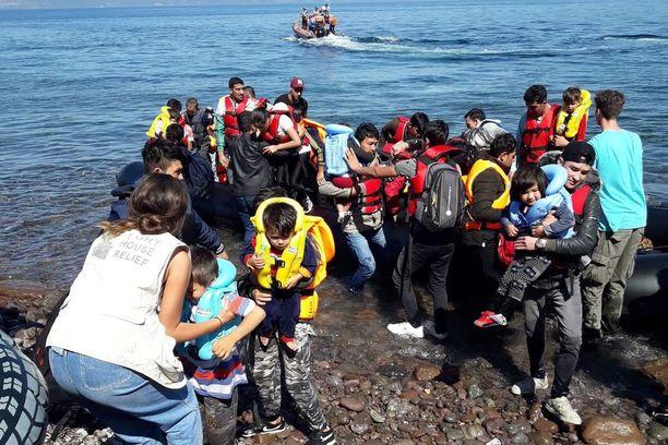 Afganistanilaisia siirtolaisia saapumassa Lesboksen saarelle tiistaina.