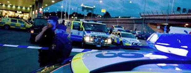 Poliisit kerääntyivät ryöstöpaikalle rikollisten paettua helikopterilla.