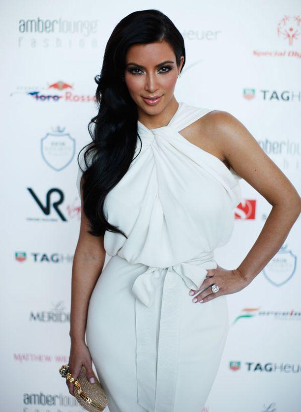 Kim Kardashian näytti upealta valkoisessa iltapuvussaan.