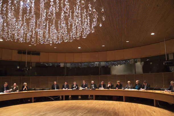 Eduskunnan puolustusvaliokunta on hyväksynyt hallituksen esityksen, joka toteutuessaan kasvattaa Suomen puolustusvoimille asetettujen tehtävien määrän kolmesta neljään.