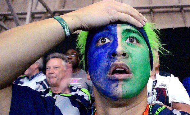 Seattle Seahawksin fani Norb Caoili oli loppuratkaisusta tyrmistynyt, mutta videolla toinen fani raivostuu pahoin seurauksin.