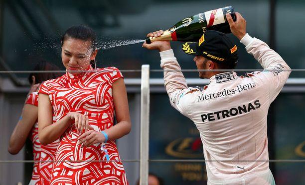 Tämä tilanne on aiheuttanut otsikoita ja herättänyt raivoa ympäri maailman. Lewis Hamilton ruiskutteli Kiinan GP:n jälkeen kuohujuomaa.