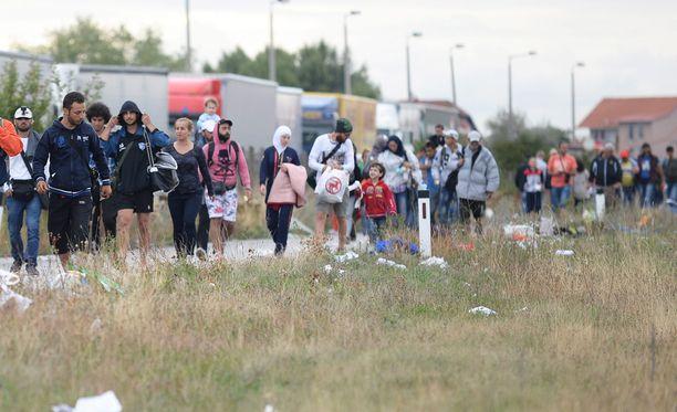 Pakolaiset kävelivät kohti Wieniä.