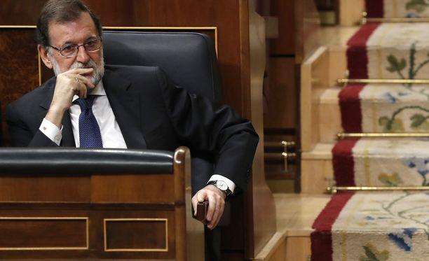 Espanjan pääministerillä Mariano Rajoylla on tukalat paikat, kun Espanja on keskellä vaikeaa poliittista kriisiä.