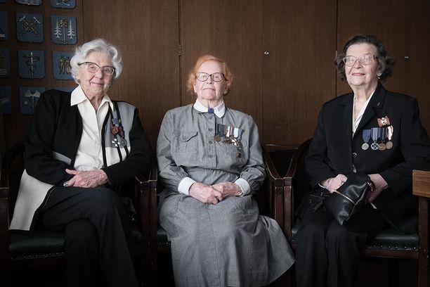 Mary Nybergh (Procopé), Lauraliisa Pitkänen ja Veera Iivonen tietävät mistä puhuvat. Kovia kokeneet lotat eivät ole katkeria menetetyistä nuoruusvuosistaan, vaan iloitsevat isänmaan itsenäisyydestä. Sotavuodet opettivat katsomaan asioita laaja-alaisemmin.