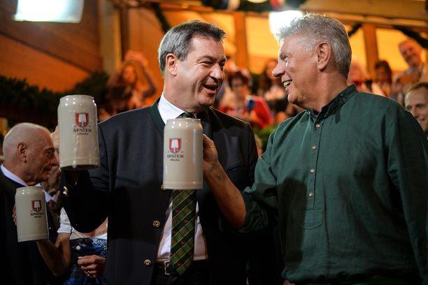 Baijerin pääministeri Markus Söder (vas.) skoolaamassa Münchenin pormestarin Dieter Reiterin kanssa.