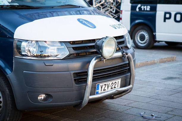 Narinkkatorilla rasismin vastustajat potkivat yhdestä poliisiautosta toisen lisävalon rikki.
