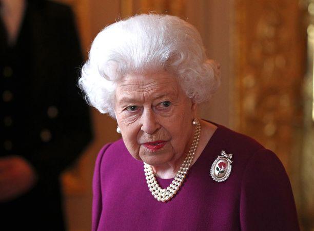Kuningatar Elisabet käy ensin katsomassa hevosia, sitten on vauvan vuoro.