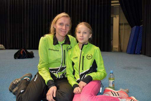 Marika (vas.) ja Miriam Puolimatka oli innoissaan jamaikalaisvalmentajasta.