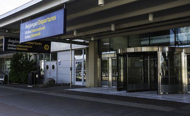 Lähtevien lentojen aula on kokonaan suljettu pommiepäilyn takia.