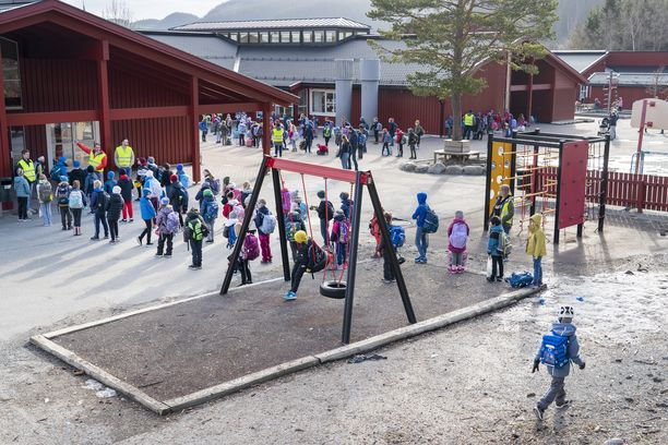 Ekaluokkalaisia Vikasen koululla Trondheimissa Norjassa maanantaina. Kuvituskuva.