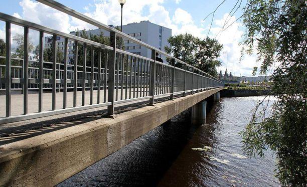 Oulussa tapahtui heinäkuun viimeisenä viikonloppuna toinenkin veteen joutuminen, kun Pikisaaren sillan kaiteella istunut täysi-ikäinen mies tönäistiin mereen.
