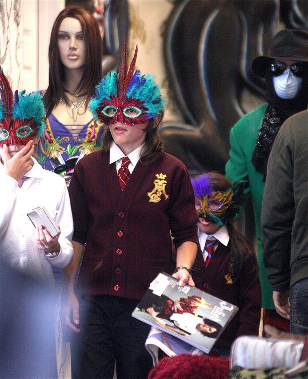 Paris, Prince ja Blanket kävivät isänsä seurassa shoppailemassa vuonna 2009 Los Angelesissa. Isän toive oli tuolloin, että lasten kasvot peitetään naamioilla.
