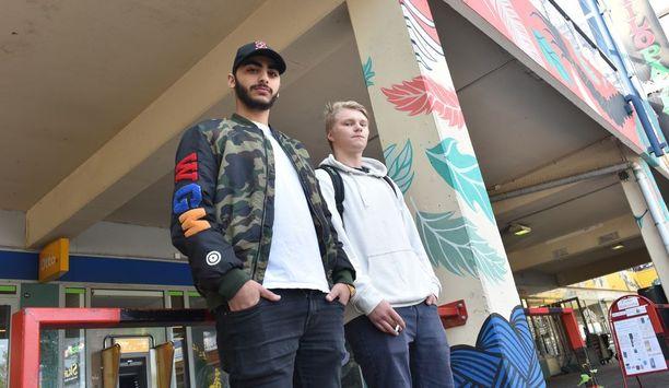 Irakissa syntynyt 19-vuotias Lark Jakob asui perheensä kanssa Kreikassa ennen muuttoa Hakunilaan. Vieressä Risto Valta.