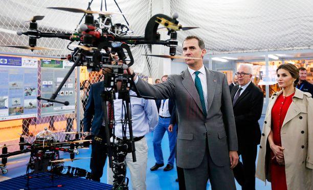Espanjan kuningas Felipe VI ja kuningatar Letizia tarkastelevat lennokkia ilmailuteknologiakeskuksen avajaisissa Andalusiassa.