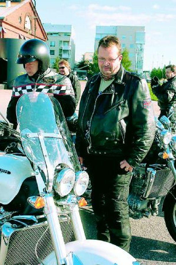 MIEHEKÄS –Parasta mitä housut jalassa voi tehdä, kuvaili tänä kesänä Rocketin hankkinut porilainen Larry Saukkonen pyörällä ajoa. Saukkosen pyörässä on 170 hevosvoimaa.