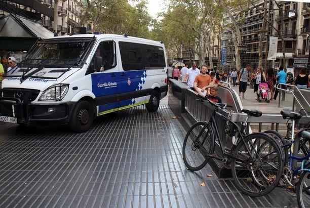 Terrori-iskun tapahtumapaikalla partioi jatkuvasti useita poliisiautoja.