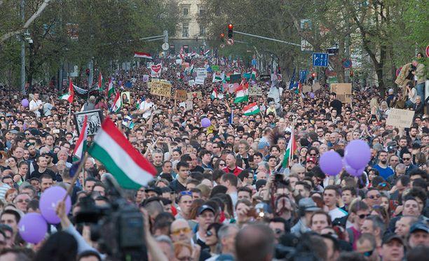 Mielenosoittajat täyttivät Budapestin kaupungin keskustan lauantaina.