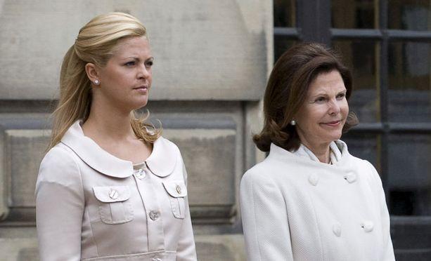 Kuningatar Silvia pyysi yleisöltä ja medialta, että Madeleine saisi rauhaa ja yksityisyyttä toipua kihlauksen purkautumisesta.