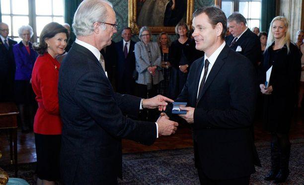 Håkan Loob (oik.) sai Ruotsin kuninkaalta Kaarle XVI Kustaalta kuninkaan mitalin, mutta Kärppien peliin kiekkolegendan pitää ostaa pääsylippu.