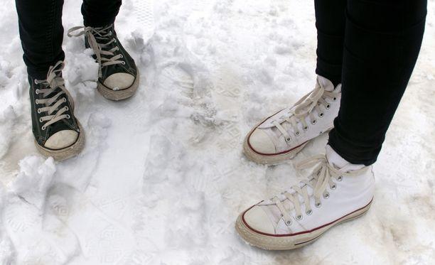 Tennarit kannattaa laittaa odottamaan kevättä, kun sää muuttuu vähä vähältä talvisemmaksi.