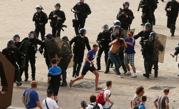 Ranskan mellakkapoliisit joutuivat töihin venäläisfanien kanssa ennen EM-kisojen Englanti-ottelua.