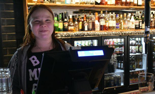 Helsingin Pub Peräkammarin yrittäjä Jenna Ranta-Mannila pitää uutta alkoholakia hyvänä, mutta vähittäismyynnin osalta laissa olisi hänestä parannettavaa. Hän ei aio hakea vähittäismyyntilupaa.