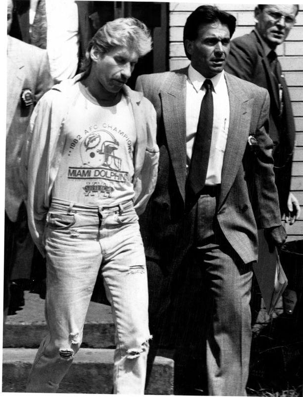 Louis Scarcella (oik.) pidätti David Rannan pieleen menneen jalokiviryöstön yhteydessä tapahtuneesta rabbin murhasta vuonna 1990.