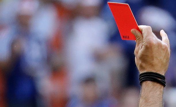 Erotuomari antoi vaihtaa punaisen kortin saaneen pelaajan toiseen. Kuvituskuva.