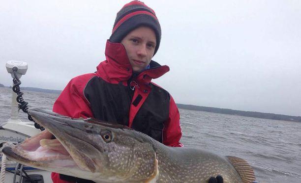 Niilo Narinen, 14, sai harvinaisen yli 12-kiloisen hauen sunnuntaina.
